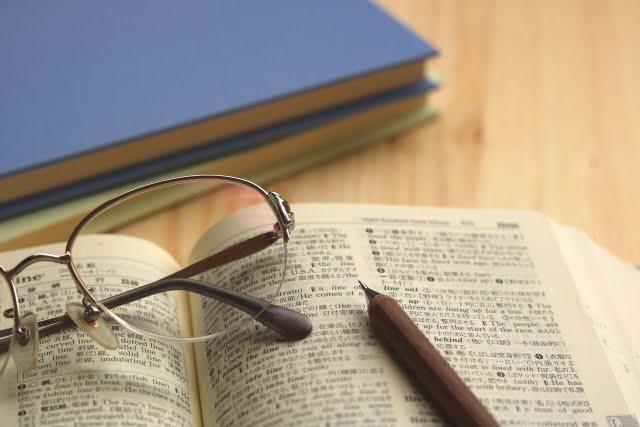 高校の机と辞書