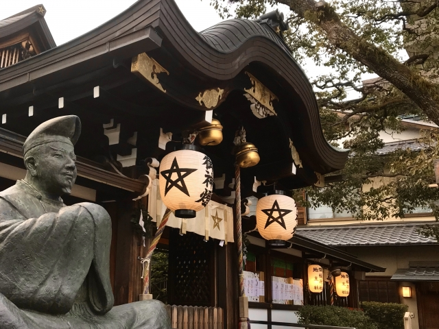 晴明神社 提灯と本堂