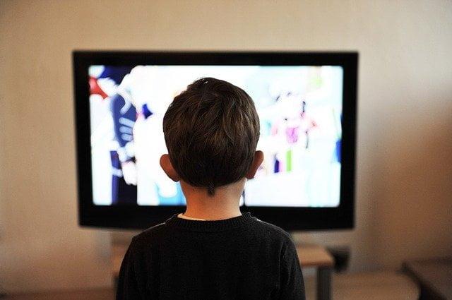 子どもがビデオを見てる画像