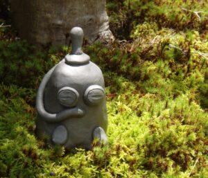 勝林寺で苔の中の置物を撮影した写真